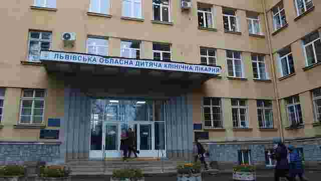 Львівські хірурги прооперували 11-річну дівчинку з цвяхом у бронхах